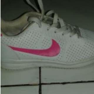 I03 Sneakers putih