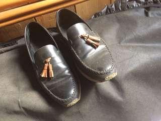 Sepatu loafers warna Hitam Smart Casual