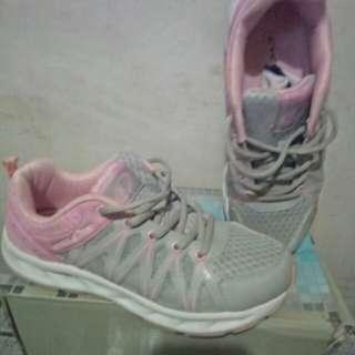 Shoes second hand only dalawang beses pa lang nagamit
