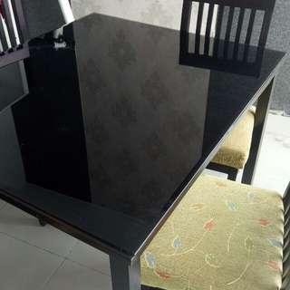 Meja makan dengan 4 kursi
