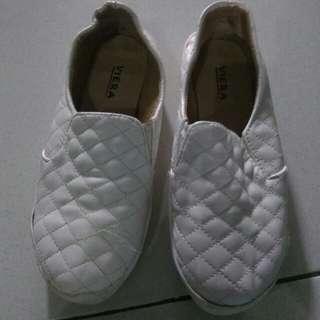 Sepatu slop putih