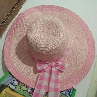 Topi pantai pinky