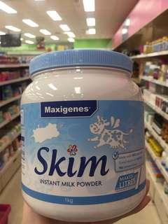 """[呲牙][呲牙][呲牙]🇦🇺藍妹紙來了🤔藍胖子的女朋友哦[憨笑]✈️澳洲 🇦🇺Maxigenes 美可卓的""""藍胖子""""全脂奶粉,鼎鼎大名!最新推出[強]脱脂奶粉[強]""""藍妹子""""啦 [鼓掌][鼓掌][憨笑][憨笑]100% 純正澳洲牛奶[色],高質量的鈣來源[耶],易保存易飲用🎉🎉,適合全家樂享!包裝上還多了一隻會飛的胖胖🐮🐮,好可愛[愉快]"""
