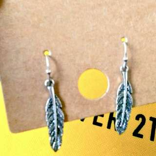 Feather dangling earings