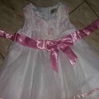 Baby gown. Still in very good condition. Parang bago. Minsan lang nagamit ni baby para sa monthly pictorial nya. See last photo for referrence :)