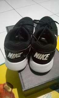 Sepatu Nike Black