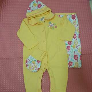 1 set baju bayi, topi, kain dan kaos kaki