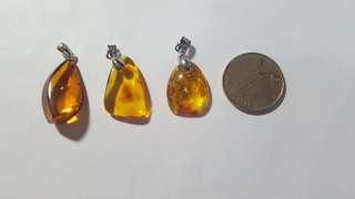 天然琥珀吊墜連純銀扣, 每個$250。