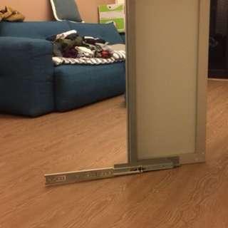 係統櫃內的穿衣鏡,鏡面90*40,五金長30,可拉出90度,可裝深60公分衣櫃,可移動拉出