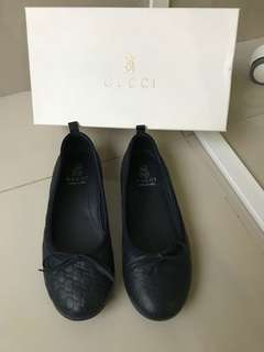 Preloved gucci flat shoes navy blue sz 32