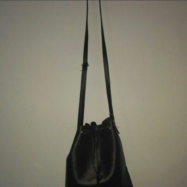 Bucket Slingbag Hitam