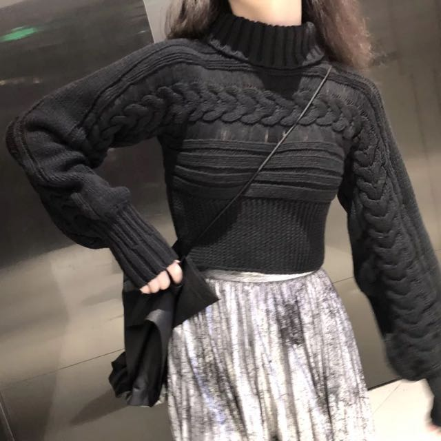 Short black crewneck+puff-sleeve sweater.