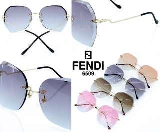 "New Sunglasses FENDI  Kode # K235#3  "" UV Protection "" Anti Panas Matahari  Kwalitas Semi Premium  Berat ama kotak 0.3kg  4 warna : -Black  -Brown  -Pink -Rose gold  Harga  Rp.120.000,-"
