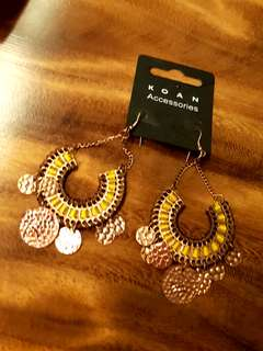 BN new gorgeous dangling Earrings from India - threaded loops in yellow with movable copper rounds
