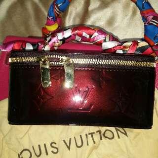 💖💖💖LV 深紅色手式箱&化妝袋 100%New& 100%Real  備註:LV專門店現時亦有售 價格過萬元 size:約L:14cmx H:13cm連手拿位置  💝極迷人可愛小手袋 💝格數極多 💝一見傾💜💛💚實物好Q  ♨優惠價$7,660💐
