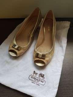 Gold/beige shoes
