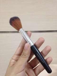 E09 brush huda beauty