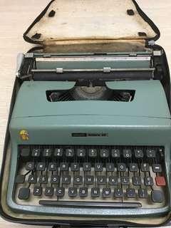 1963 Olivetti Lettera 32 type writer