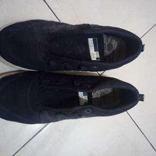 Sepatu warna biru