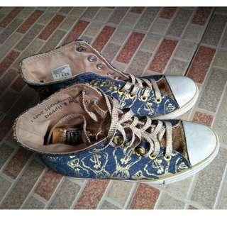 F07-Sepatu size 38, warna dasar biru dan emas, tali sepatu warna emas