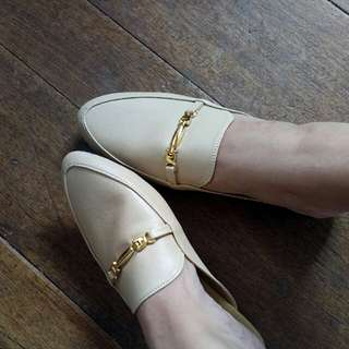 Cream mules size 6 on tag but fits size 5