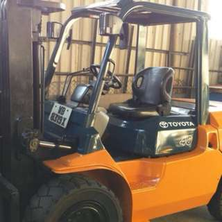 Toyota 4ton Diesel Forklift 3stages low mast.