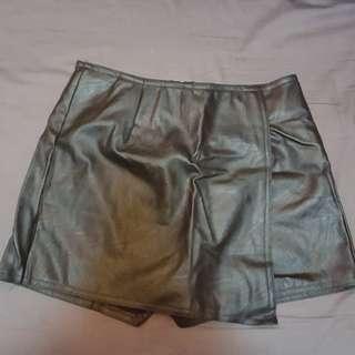 (100%新)仿皮短褲【黑】