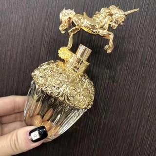 🏆Anna Sui 安娜苏 2017专柜新品 童话独角兽淡香水限量发售🦄只有Anna Sui能一再超越自己的夢幻程度!此次藉由獨角獸的形象,傳達每個女人心中最純真的兒時夢想,包含追尋夢想及對未來的憧憬。新香設計營造出遊樂園的歡愉感,粉藍外盒中躺著的是帶有金色獨角獸裝飾的香水,香調則融合花果與木質香,讓紅柏與粉紅胡椒相互交融,再搭配覆盆莓、紫羅蘭等甜美調,帶來浪漫觀感✨
