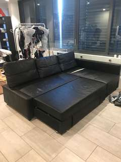 Black leather couch / pull out lounge