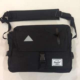 HERSCHEL BLACK SLING BAG