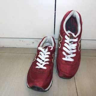 Sepatu bew balance warna merah