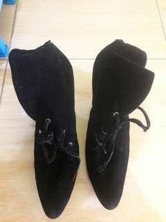 Preloved Sepatu Heels Boots Hitam Material Suede Beludru Halus Dengan Motif Tali Size 39 Import