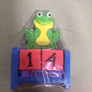 🚚 全新-木製青蛙日期擺飾