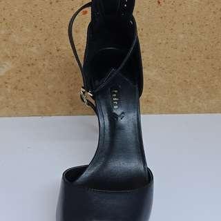 Peep toe pump black