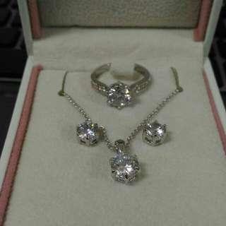 伊泰蓮娜永恆之戀配飾套裝 時尚簡約女款項鏈耳釘戒指盒裝飾品 可拆卸吊墜 多種搭配方式 三件套裝 合金 earrings rings