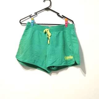 草綠運動短褲