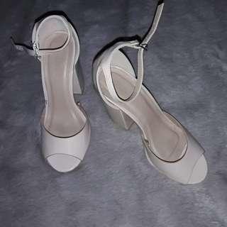 Simple heels in nude