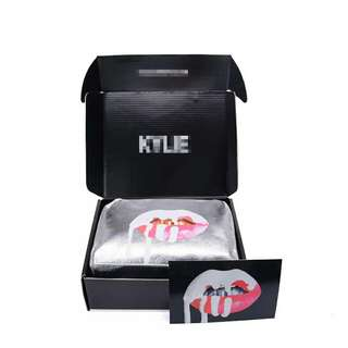Kylie Jenner gift box with make up pouch