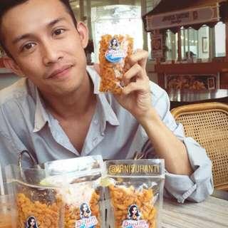 """Makaroni pedas dan original """"bi'tum snack"""" cek instagramnya di @irnisuhanti dan @bi.tumsnack"""
