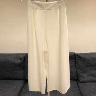 B區:白色寬褲,材質偏軟