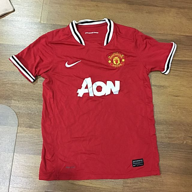 differently a4a80 d56fc Manchester United Jersey XS girl size