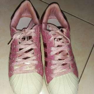 Sepatu adidas gliter pink