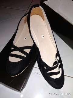 Flat shoes hitam
