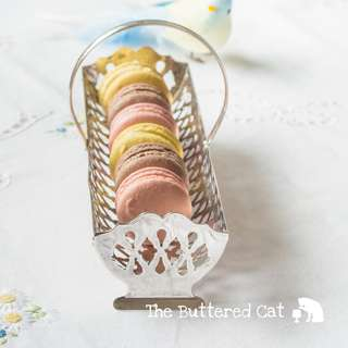 Very pretty vintage silver-plated handled caddy, for serving cookies and macaroons elegantly!