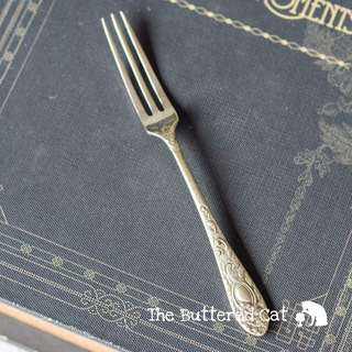 A cute little vintage silver-plated fork with pretty engravings, for eating cakes! Ask a question