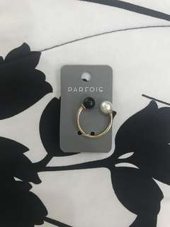 Gold Ring with White and Black pearl beads