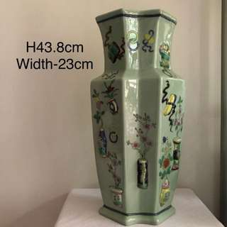 "A green Ground ""hundreds antique"" vase negotiable price call 81637628"