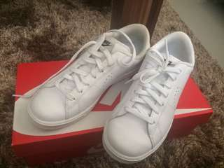 Selling Nike shoes all white (once used)