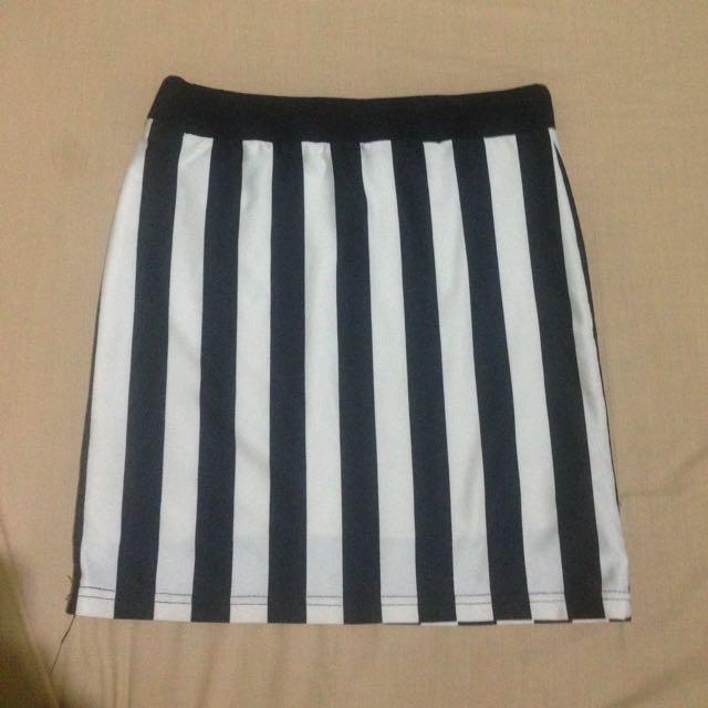 Skirt hitam putih