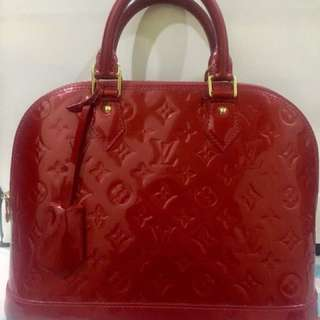 AUTHENTIC Louis Vuitton Monogram Alma PM in vernis leather in red